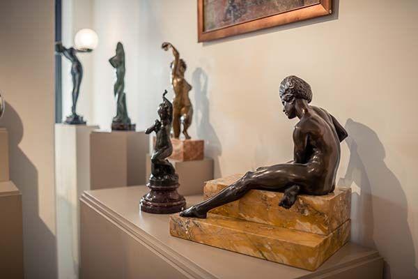 Bronzen beeld van een vrouw