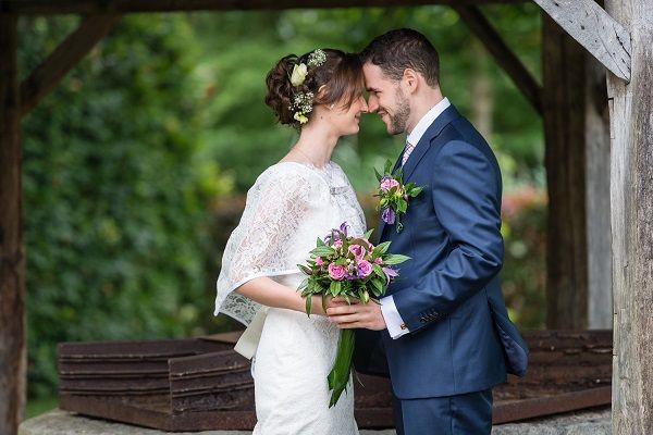 Huwelijksfotografie van David & Sarah staan met hoofden tegen elkaar