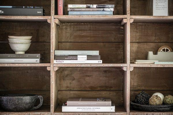 Architectuurfotografie boekenen in een boekenkast