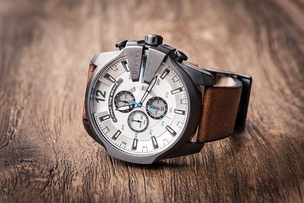 Horloge op een houten tafel