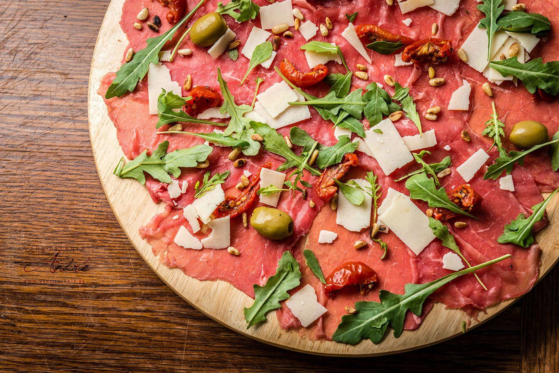 Pizza van vlees en olijven