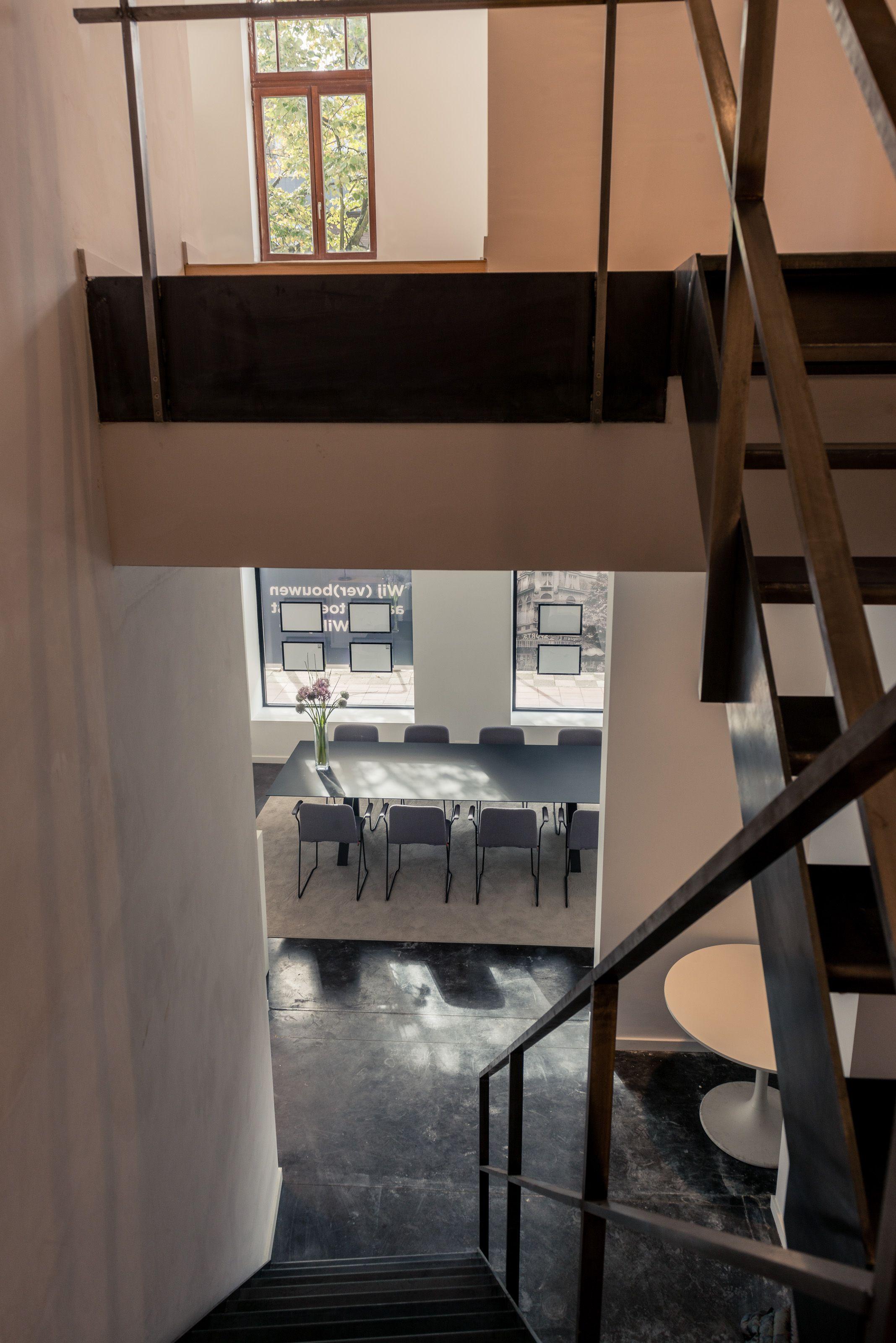 Een zicht van de trap die naar de vergaderzaal gaat